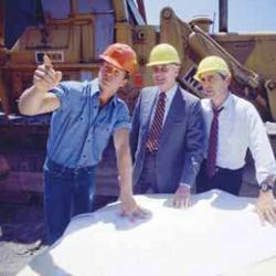 Fotografía de unos arquitectos examinando unos planos en una construcción en referencia a el nuevo estatuto del trabajador autónomo
