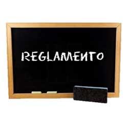 """La imagen muestra una pizarra escolar en la que hay escrito """"reglamento"""" en referencia al nuevo reglamento de aplicación de tributos"""