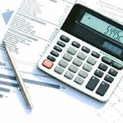Fotografía de unos papeles con cuentas numéricas y sobre ellos un bolígrafo y una calculadora en relación con los ahorros fiscales en trabajadores y empresas