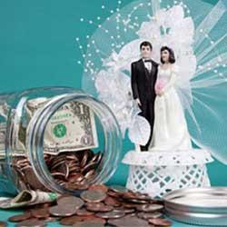 La imagen muestra las figuras de los recien casados en miniatura y junto a estas aparece un bote de cristal lleno de monedas y algún billete en relación con los bienes personales de los matrimonios cuando la empresa tiene deudas