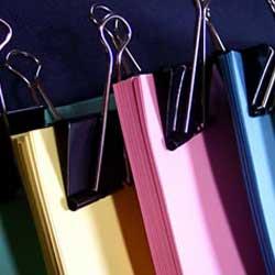 La imagen muestra varias carpetas de colores archivadas en lo referente a la clasificación empresarial en contratos del sector público