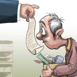Caricatura de un trabajador al que han despedido y le enseña su jefe las cuentas de la empresa mientras el sujeta una caja con sus pertenencias