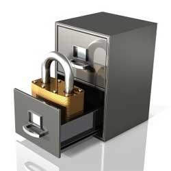 La imagen muestra un archivados con uno de sus cajones abiertos de donde sale un candado en referencia a los ficheros de datos de las empresas