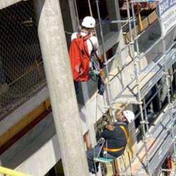Fotografía de dos empleados trabando en una obra en relación con la formación gratuita