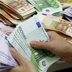 Fotografía de unas manos contando un monton de billetes de euros en relación con la retirada de efectivo de empresas por sus socios