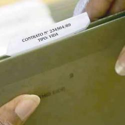 """Fotografía de una carpeta de archivador en la que pone """"Contrato: vida"""" en relación con el registro de contratos de seguro de cobertura de fallecimiento"""