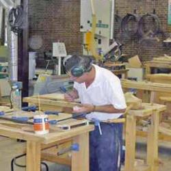 Fotografía de un autónomo trabajando en su taller en relación con el plan de fomento y consolidación del trabajo autónomo de Andalucía