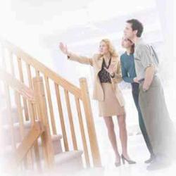 La imagen muestra una pareja a la que una vendedora de una inmobiliaria le está mostrando una casa en relación con los medios de pago de los bienes inmuebles