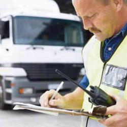 Fotografía de un empleado y al fondo su camión de trabajo. La imagen está relacionada con la influencia del permiso de conducir por puntos en los contratos e trabajo