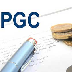 La imagen muestra un papel con una serie de cuentas sobre gastos económicos y sobre él un bolígrafo y unas monedas de euro. En la parte superior izquierda aparecen las siglas PGC en referencia al Plan General de Contabilidad