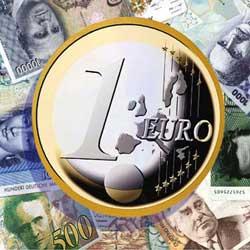 La imagen muestra la moneda de un euro y tras ella varios billetes procedentes de distintas nacionalidades en relación al proceso monitorio europeo