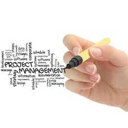 La imagen muestra una mano con un rotulador escribiendo términos relacionados con proyectos y project management