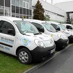 Fotografía de varios vehículos industriales colocados en fila en relación con la paralización del vehículo de la empresa