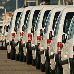 Fotografía de una fila de vehículos destinados a la actividad empresarial