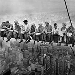 """En la imagen aparece la famosa fotografía llamada """"Almuerzo sobre un rascacielos"""" en la que aparecen unos obreros sentados en lo alto de la grua de un rasacielos en construcción"""