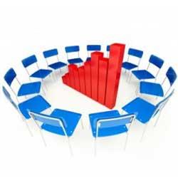 La imagen muestra unas sillas colocadas en circulo y en medio de este circulo aparece una gráfica estadística en relación con la comunicación en la declaración de concurso