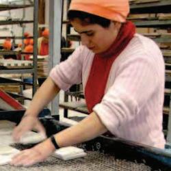 Fotografía de una empleada de una panadería trabajando en relación con el infraseguro como reducción de costes en la empresa