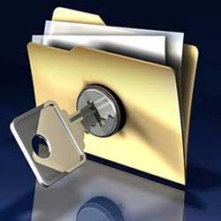 La imagen muestra una carperta de fichero con una cerradura y una llave en su tapa en relación con las medidas de seguridad en los ficheros