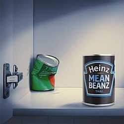 La imagen muestra una lata de tomate de la marca Heinz en un primer plano, tras ella aparece una lata de tomate sin marca que está aplastada. La imagen hace referencia a la publicidad comparativa entre marcas