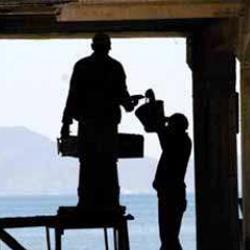 Fotografía de dos hombres trabajando en la obra de una casa en relación con la reforma laboral