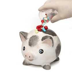 Imagen de la ucha de un cerdo y una mano que introduce pastillas y supositorios en lugar de monedas en referencia a los gastos sanitarios