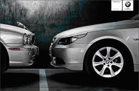 La fotografía muestra un anuncio de BMW en el que se hace una publicidad comparativa con Rolls Royce. Este anuncio es un ejemplo de prácticas de publicidad ilícia
