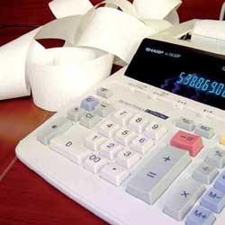Fotografía de una máquina de facturación y a su lado un puñado de facturas en relación con el concurso de acreedores
