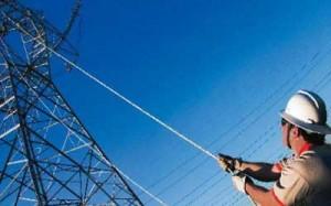 Fotografía de un operario de energía eléctrica trabajando en uno de los paneles de luz