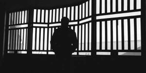 La imagen muestra un hombre encerrado en una celda en relación con las nuevas penas impuestas en el código penal