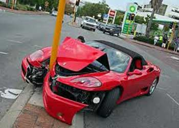 Fotografía de un vehículo marca Ferrari que ha sufrido un accidente frontal contra una farola. La imagen está relacionada con los máximos gastos en una indemnización por un accidente de tráfico