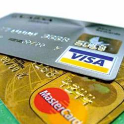 La imagen muestra unas tarjetas de crédito en referencia a la Ley de servicios de pago