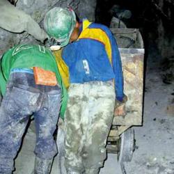 Fotografía de unos hombre trabajando en una mina en relación con la modificación sustancial de las condiciones de trabajo con la reforma laboral