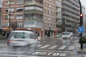 Fotografía en Granada en la que aparece una fugoneta acelerando cuando un semaforo está poniendose a rojo. La imagen está relacionada con la Ley de tráfico