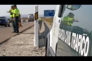 Fotografía en la que aparece un furgon de la guardia civil y al fondo los dos guardias civiles controlando el tráfico. La imagen está relacionada con las alegaciones a las multas de tráfico