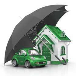 La imagen muestra una casa y un coche en miniatura cubitos por un paraguas en referencia al Contrato de cláusula delimitadora del seguro de responsabilidad civil