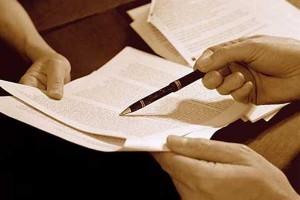 Fotografía de dos personas realizando el proceso de contratación mediante un contrato