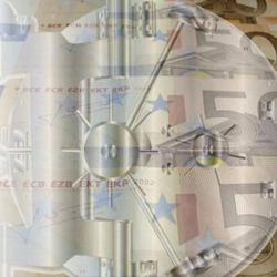 La imagen muestra una especie de reloj que tiene billetes de 50 euros como fondo en referencia a la cuenta atrás en lo referente a las comisiones bancarias