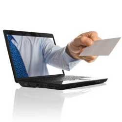 La imagen muestra un ordenador portatil saliendo un brazo con una de las notificaciones electrónicas en la mano