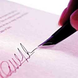 Fotografía de una hoja de contrato que está siendo firmada en referencia a los recursos en los contratos públicos