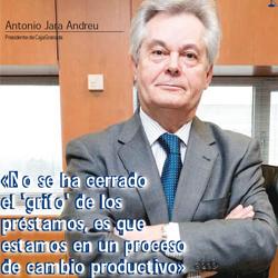 Fotografía de Antonio Jara Andreu presidente de CajaGranada en la portada de la entrevista de HispaColex