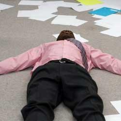 Fotografía de un hombre negro incosciente en el suelo de una oficina en referencia con el suicidio interpretado como accidente laboral