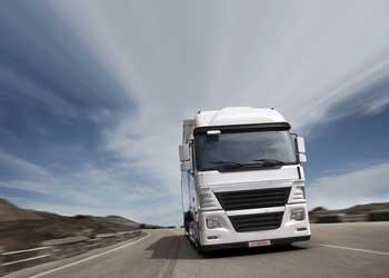 La imagen muestra una fotografía de un camión en la carretera en referencia con la paralización del vehículo industrial por accidente