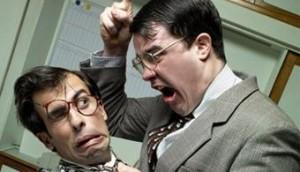 Fotografía de dos trabajadores en una situación de acoso laboral en la que uno de los trabajadores intimida al otro
