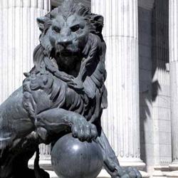Fotografía de la estatua del león del Ministerio de Justicia Español en referencia a la Nueva ley de sociedades de capital