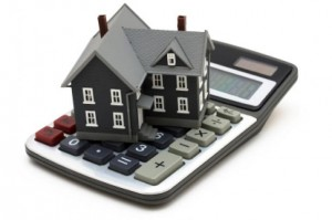La imagen muestra una calciladora y sobre ella una vivienda en referencia al pago de la hipoteca