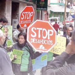 Fotografía de una manifestación de un grupo de personas contra los desahucios en referencia a las cláusulas del suelo en la hipoteca