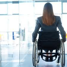 Fotografía de una mujer en silla de ruedas que sufre una incapacidad parcial por un accidente de tráfico