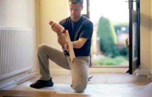 Fotografía de un hombre trabajando como autónomo en una casa