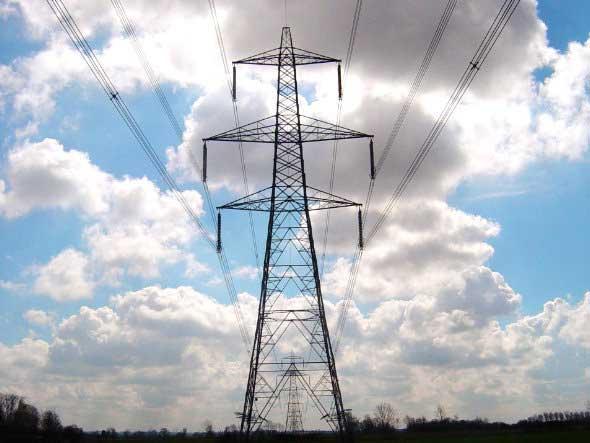 Fotografía de una carretera eléctrica mirada desde abajo. La imagen tiene referencia con la cobertura del suministro eléctrico para las empresas