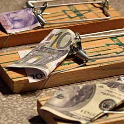 La imagen muestra tres trampas para ratones que tienen como cebo un billete diferente en cada una, uno de dolar, otro de euro y otro de libra en referencia a la competencia desleal de los empleados